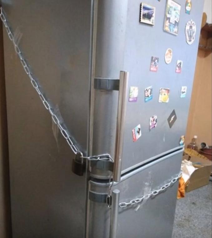 Jangan coba-coba membuka kulkas apalagi mengambil isinya tanpa izin pemiliknya.