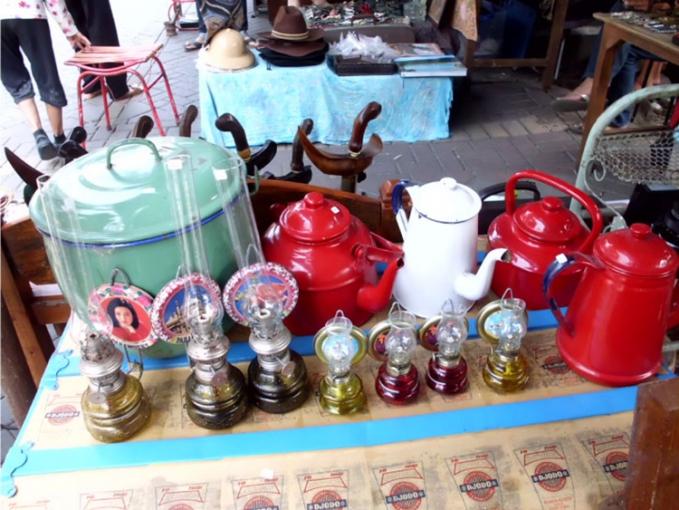 Pasar Klitikan Padangrani, Kota Lama, Semarang Pasar yang terletak di kawasan Gereja Blenduk, Kota Lama ini menawarkan barang - barang jadul yang mempunyai nilai seni yang tinggi, seperti keris, kamera jadul, televisi dan radio jadul, dan masih banyak lagi lainnya.