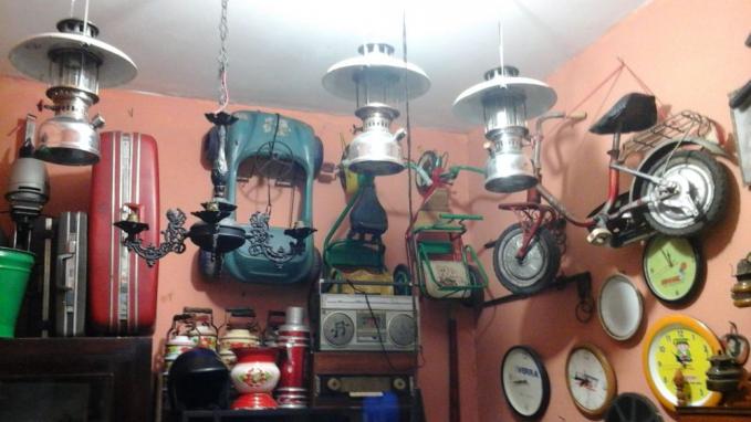 Pasar Elektronik, Braga, Bandung Nggak cuma barang elektronik saja yang ditawarkan, disini juga menawarkan barang jadul tepatnya di lantai 3 pasar elektronik Cikapundung, Braga. Jika kamu datang kesini, pandai - pandailah menawar karena kamu bisa mendapatkan harga yang nggak merobek kantong jika pandai menawar.