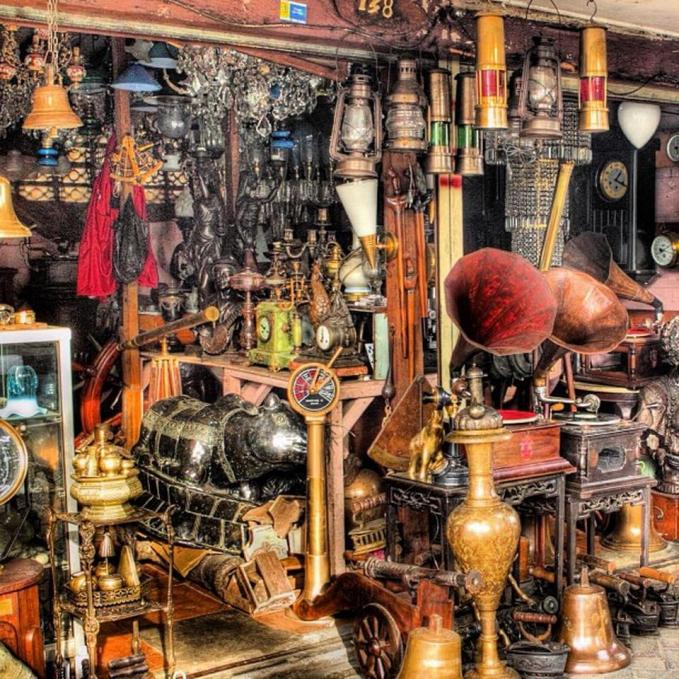 Pedagang di Jalan Surabaya, Jakarta Pasar ini berada di kawasan Menteng, Jakarta. Disini banyak ditawarkan barang - barang antik mulai dari harga ratusan ribu sampai puluhan juta.