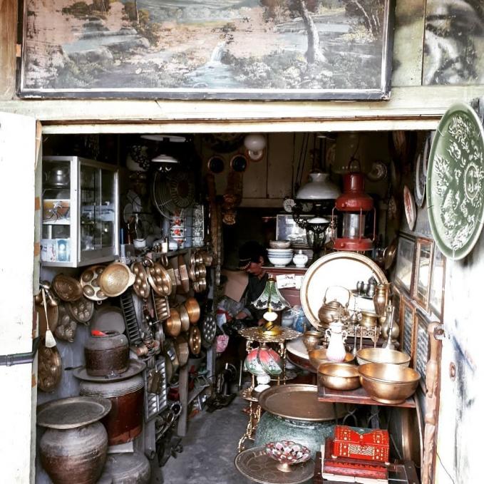 Pasar Cinde, Palembang Pedagang dipasar ini rata - rata menjual barang antik, biasanya mereka bukamulai jam 3 dini hari sampai jam 9 pagi, tapi jika kamu kesini disarankan untuk hari minggu, karena barang yang diperdagangkan biasanya lebih banyak.