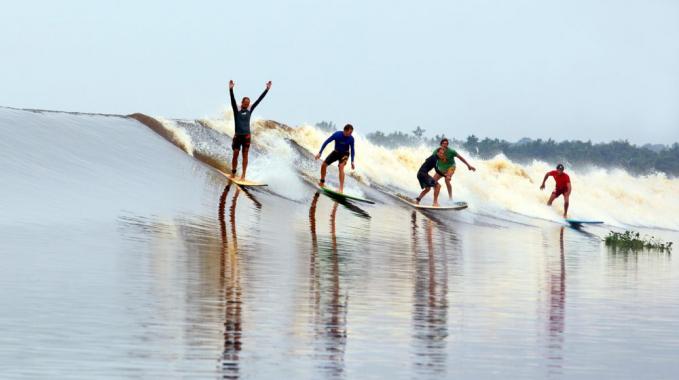 Bisa juga kamu surfing di sungai Kampar, Riau