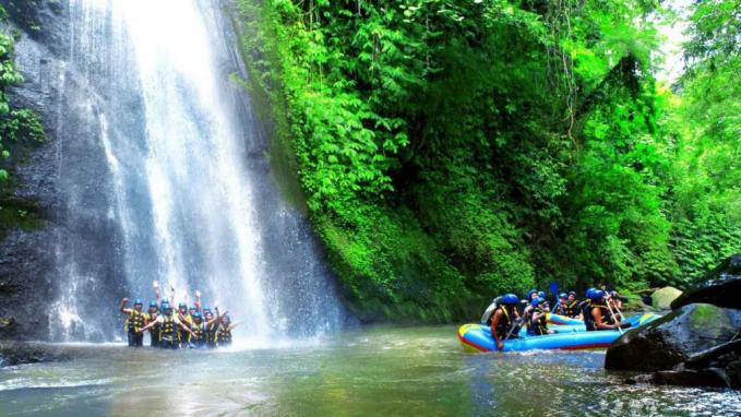 Rafting di Sungai Ayung bisa tambah sensasinya karena bisa kamu jumpai air terjun yang indah.