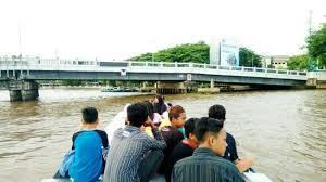 Kamu bisa menyusuri sungai Martapura sekaligus berbelanja pada pedagang yang berjualan menggunakan sampan di sungai