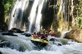 Rafting seru di sungai Nimanga, Minahasa, Sulut.