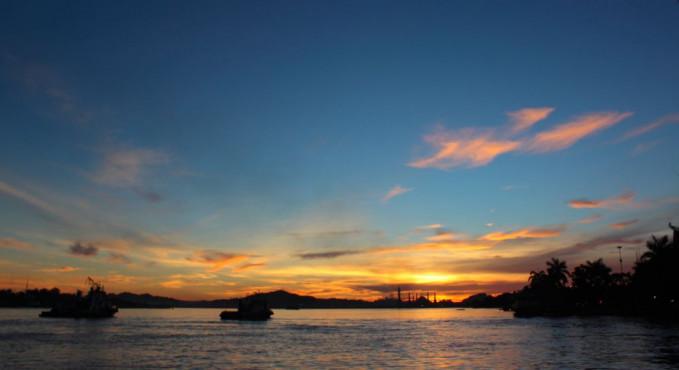 Naik kapal di sungai Mahakam akan lebih indah di waktu senja.