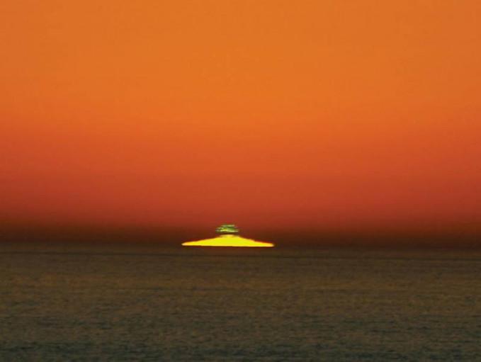 Green Flash yang muncul sesaat sebelum matahari terbenam. Fenomena ini hanya bisa dilihat satu hingga dua detik saja sebelum matahari terbenam.Dan hanya bisa terlihat jika cahaya biru yang dimiliki spektrum matahari tidak berintensitas tinggi dari sudut pandang pengamatnya.Belum lagi pengaruh atmosfer,kelembaban dan polusi di lingkungan pengamat. Jadi walaupun green flash terjadi setiap hari tapi tetap sulit untuk bisa melihatnya.Bila cuaca sedang panas akan lebih baik melihat matahari tenggelam di pantai.Mungkin kamu bisa beruntung bisa melihat green flash.