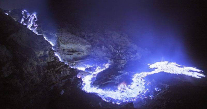 Lava Biru di Indonesia Yernyata lava tidak hanya berwarna merah atau kuning tapi juga berwarna biru.Lava ini ada di Indonesia yaitu di kawah ijen,Banyuwangi.Kawah ini merupakan satu satunya gunung berapi aktif yang tersisa di Komplek kaldera Ijen.Gunung stratovulcano yang terakhir kali meletus pada tahun 1999 ini memiliki lava yang berwarna biru terang.Warna biru ternyata disebabkan oleh tingginya tekanan saat pelepasan gas dari retakan gunung berapi dengan suhu sampai 600° celcius.Walaupun api biru terjadi di gunung Dallol,Ethiopia dan pada saat kebakaran di Hutan di Yellowstone AS,fenomena tersebut kabarnya tidak seindah lava biru di kawah ijen.