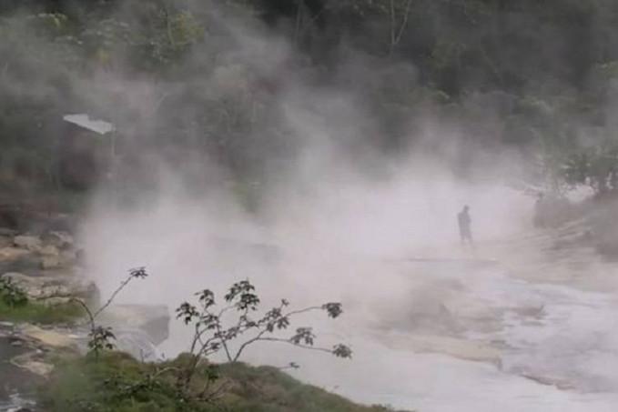 Sungai berair panas di Peru Di pedalaman hutan Amazon,Peru.Terdapat sungai berair panas padahal letaknya jauh dari gunung berapi.Sungai yang bernama Mayantuyacu yang memiliki kedalaman 6 meter dan kedalaman 25 dan panjang 4 mil memiliki air yang bersuhu tinggi bahkan sampai mendidih.Menurut salah satu peneliti ilmu bumi,Andres Ruzo,air panas di sungai Mayantuyacu kemungkinan disebabkan oleh panas bumi yang mengalir melalui retakan pada patahan bumi yang ada di wilayah sungai.