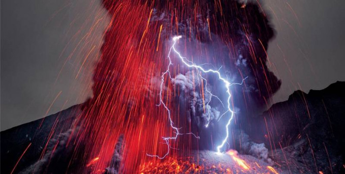 Petir vulkanik yang terjadi ketika gunung berapi meletus Selain menyemburkan lava,maagma,abu vulkanik dan partikel lainnya gunung berapi yang sedang erupsi hebat biasanya juga disertai dengan petir vulkanik.Teori tentang terjadinya petir vulkanik cukup banyak.Salah satunya menyebutkan bahwa partikel partikel neda muatan yang dikeluarkan waktu erupsi itulah yang menyebabkan petir vulkanik.Partikel bermasa positif dan negatif saling bertabrakan sehingga mempertemukan aliran listrik berlawanan yang berujung pada terjadinya petir.