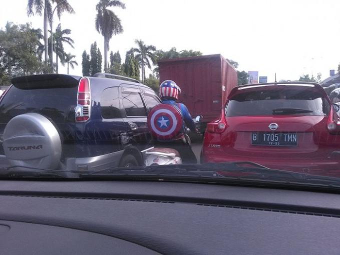 Captain Amerika kejebak macet