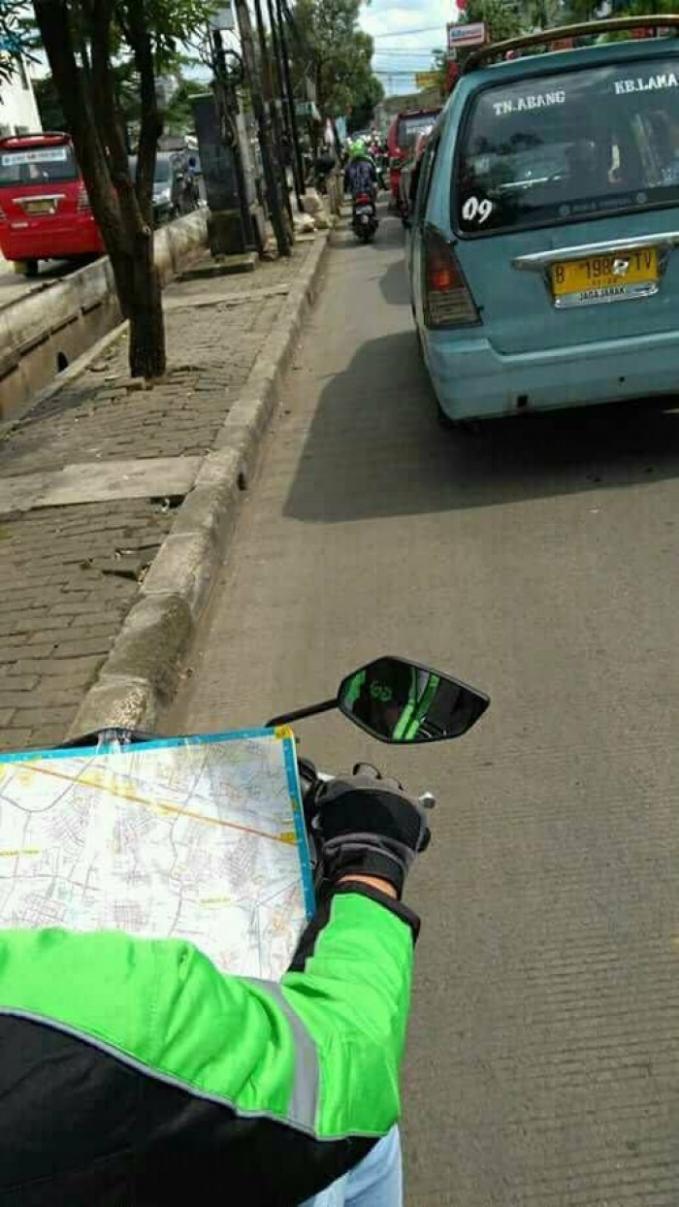 Katanya jika berkendara nggak boleh mainin handphone .. ya pakai peta deh .. daripada nyasar !