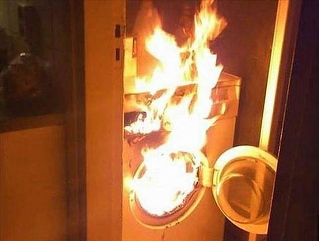 Bukannya air, mesin cuci ini malah mengeluarkan api.