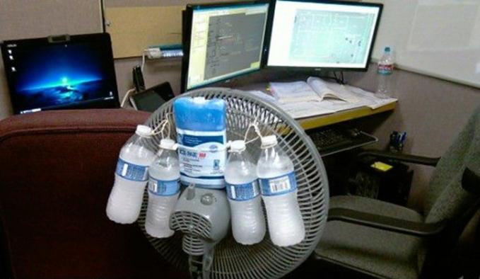Kerjaan numpuk di siang hari memang bikin gerah guys, tapi ada cara gokil walau nggak ada AC untuk mendinginkan suhu tubuh. Salah satunya menambahkan es atau minuman dingin ke kipas angin kayak gini.