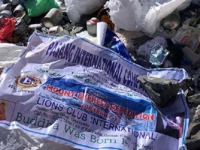 Banyak dari mereka yang dengan cueknya meninggalkan sampah perbekalan di sekitaran gunung.