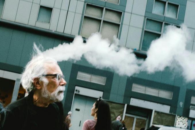 Sepintas, kepala dari pria berambut putih ini seperti mengeluarkan asap tebal.