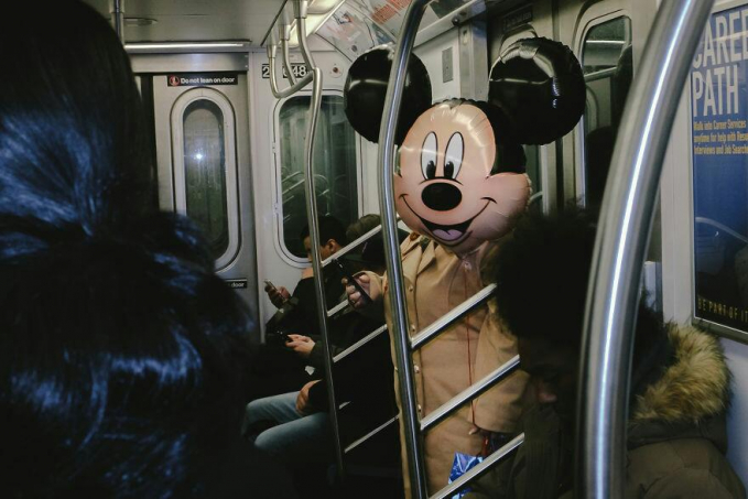 Wow..Mikey Mouse tertangkap kamera sedang naik kereta bawah tanah.