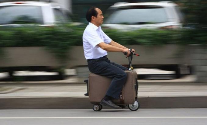 Saat koper sudah bisa dijadikan sebagai alat transportasi. Cuma orang Asia yang kepikiran.