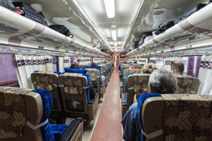 Kereta api saat ini menjadi moda transportasi yang paling banyak dipilih oleh pemudik. Selain harganya yang cukup terjangkau, berbagai fasilitas keamanan dan kenyamanan juga ditawarkan oleh PT.KAI.