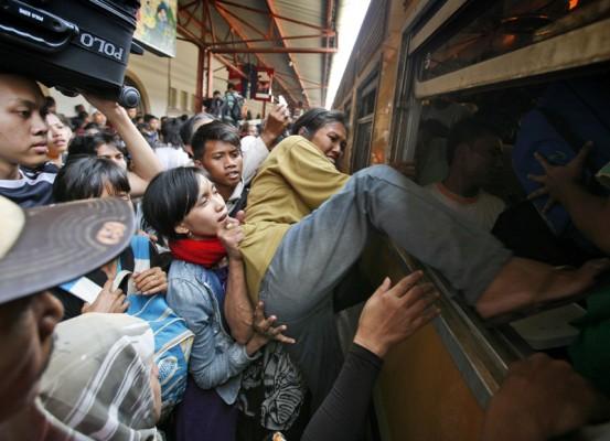 Saat ini menumpangi kereta api, kamu nggak perlu kawatir lagi bersesak-sesakan dengan penumpang lain, karena semua sudah diatur sesuai nomor bangku.