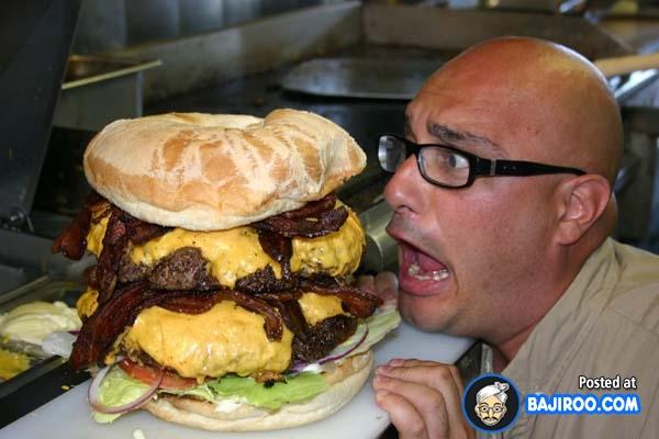 Liat tuh, si bapaknya aja sampai terheran-heran bingung gimana cara mau ngabisin burgernya gengs.