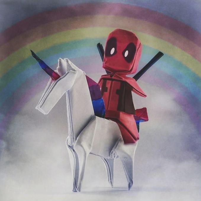 Miniatur Deadpool lagi naik kuda putih berlatar belakang pelangi.