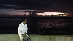 Momen saat di Pantai menikmati deburan ombak Setelah mengunjungi PLTG Gunung Sitoli, Jokowi menikmati deburan ombak ditemani sinar matahari yang mengintip di ufuk timur setelah menunaikan ibadah subuh, dengan hanya mengenakan kemeja putih dan sarung.