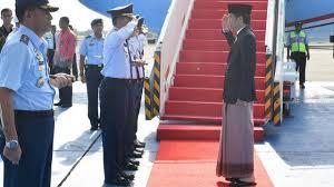 Momen naik pesawat kepresidenan saat berkunjung ke Semarang. Biasanya kebanyakan presiden saat naik ataupun turun dari pesawat mengenakan pakaian resmi yaitu jas, celana kain, dasi, dan kemeja. Tapi bebeda dengan Jokowi saat meakukan kunjungan ke Semarang. Beliau turun dari pesawat dengan mengenakan sarung, kemeja,dan jas, serta kopyah yang bikin penampilannya makin keren.