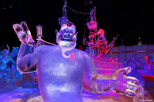 Ada lagi patung es yang berbentuk seperti Jin dalam cerita Aladin.