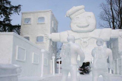 Wah, ternyata gede juga ya bentuk patungnya gengs?. Top banget deh pokoknya patung es buatan sang seniman ini.