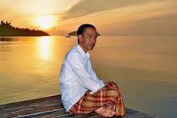 Indonesia Banget .. 4 Gaya Jokowi Saat Mengenakan Sarung Dibeberapa Momen