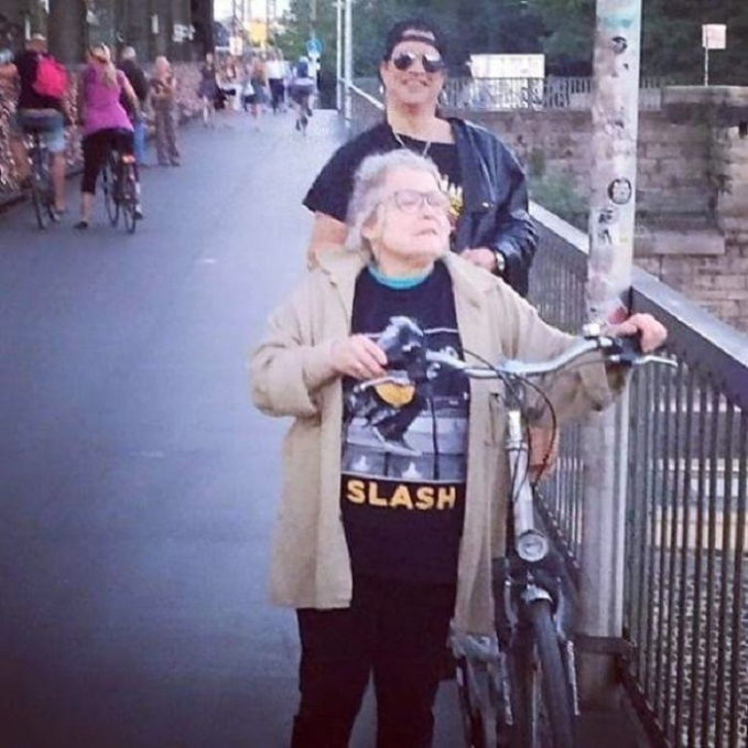 Nenek itu nggak sadar jika diikuti Slash beneran, gara - gara kaosnya tuh nek Slash jadi usil.