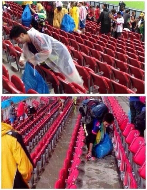 Salah satu budaya yang harus kita tiru dari Jepang, yaitu penonton di stadion yang dengan suka rela membersihkan stadion usai pertandingan berlangsung.