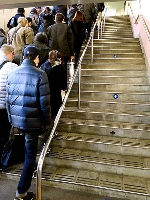 Kenapa semua orang mengantri naik tangga, sedangkan tangga sebelahnya kosong? Ternyata tangga sebelah kanan ini dikhususkan untuk mereka yang turun. Mereka rela antri daripada harus melanggar peraturan.