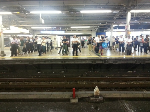 Yang paling terkenal adalah, orang Jepang rela antri dalam hal apapun, termasuk di stasiun bawah tanah sebelum menaiki kereta.