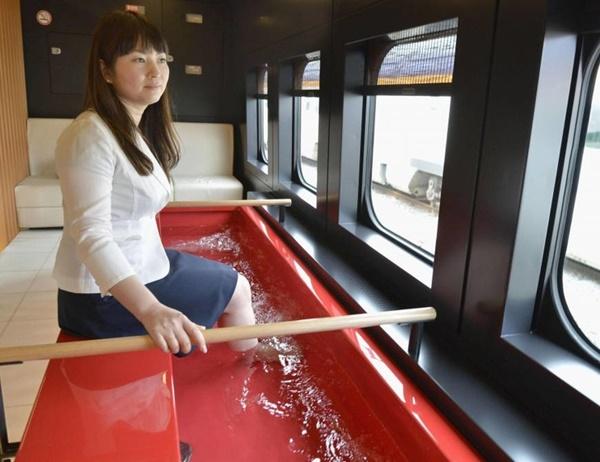 Memanjakan para penumpangnya, di Jepang ada kereta yang memberikan fasilitas merendam kaki.
