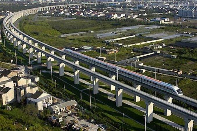 Jembatan Kereta Maglev - China Rel kereta yang ditinggikan ini mempunyai panjang 30,5 meter yang menghubungkan Shanghai Pudong International Airport dan piggiran pusat kota Shanghai.