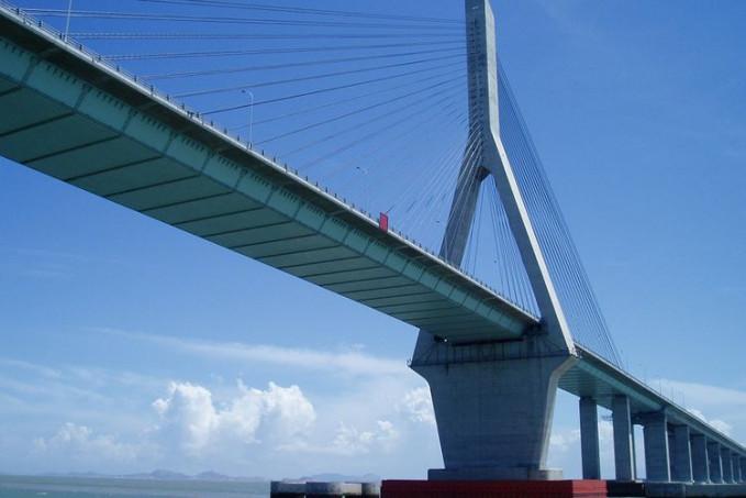Jembatan Donghai - China Jembatan ini mempunyai panjang 32,5 km yang melintas diatas laut dan menghubungkan daratan Shanghai dengan Pelabuhan Yangshan.
