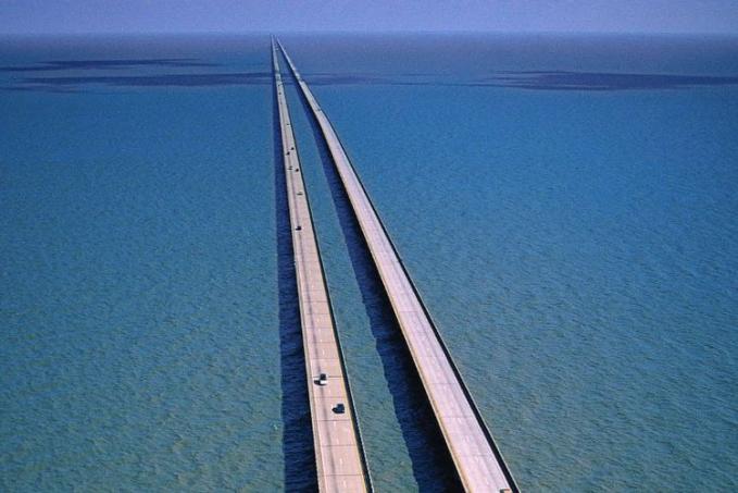 Pontchartrain Causeway - USA Jembatan kembar yang mempunyai panjang sama yaitu 38,35 km ini melintas diatas danau Pontchartrain.