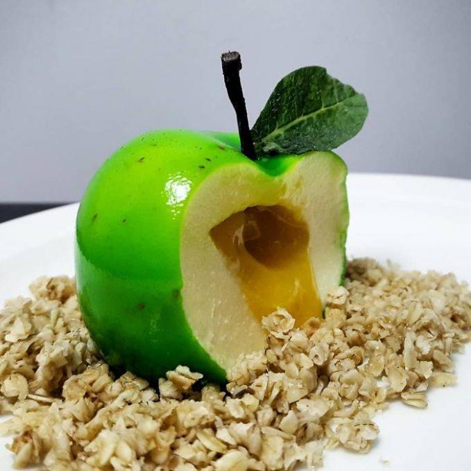 Dari luar nampak keras seperti buah apel sebenarnya, eh ketika dimakan langsung lumer seketika.