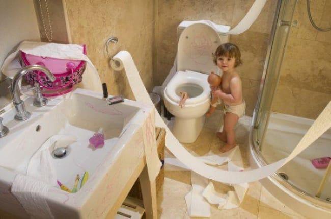 Anak kecil emang selalu tahu tempat yang asik untuk bermain, termasuk kamar mandi.