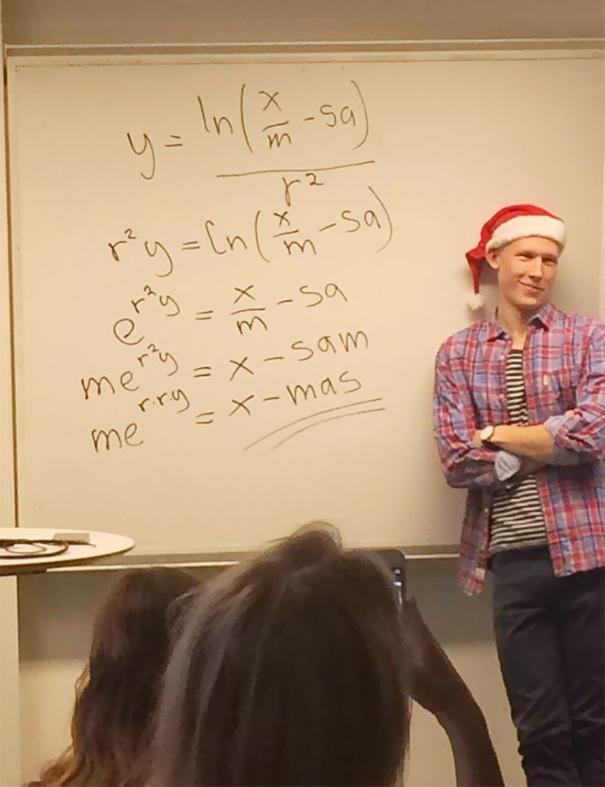 Pak guru membagikan rumus untuk hari natal Wah kalo gurunya asyik gini matematika jadi sangat menyenangkan. Udah gitu pak guru pake topi Santa Claus.