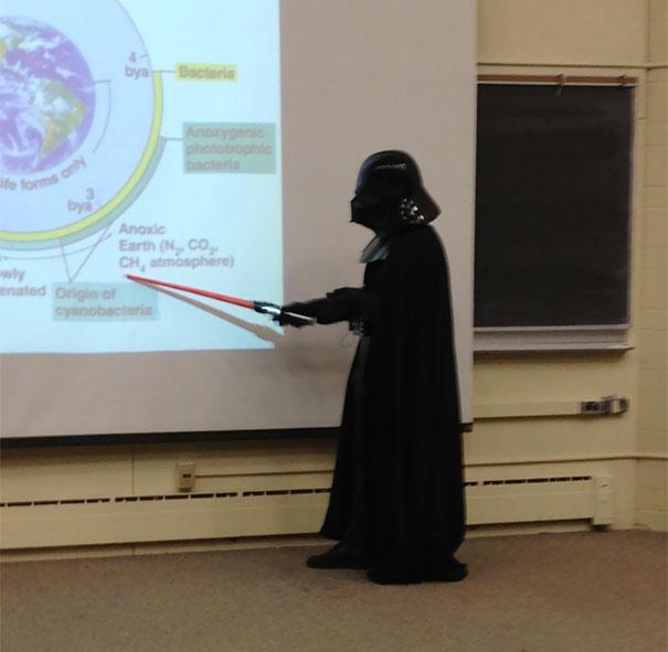 Dengan meakai kostum Darth Vader Gayanya bikin mahasiswa heran denga memakai kostum Darth Vader, beneran mahasiswanya memperhatikan karena aneh aja sih