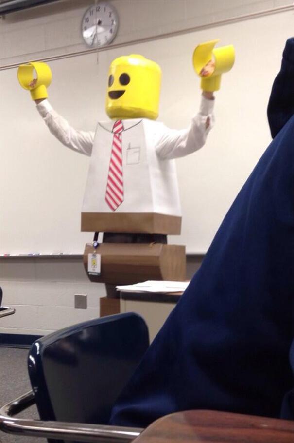 Pakai kostum lego Lagi musim lego jadi pak guru ngajarnya dengan pakai kostum ini. Ada ada aja ya guys...