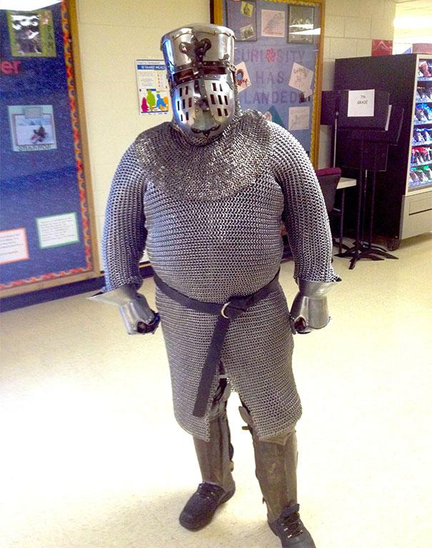 Memakai kostum pejuang zaman dulu Pelajaran sejarah memang membosankan dan bikin ngantuk. Jadi pas sekali kalau giru yang satu ini memakai baju perang zaman dulu agar muridnya bisa paham tentang sejarah.