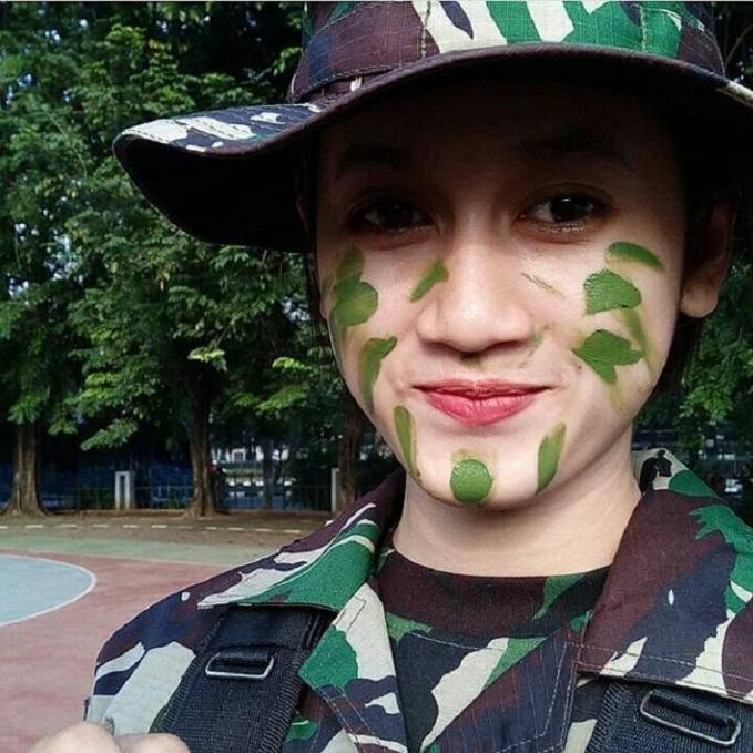 Karina Tira Wajahnya yang innocent ini membuat orang nggak nyangka kalu dara satu ini adalah juga seorang TNI. Di usianya yang muda banget yaitu 21 tahun dia memutuskan untuk mengabdi pada negara Indonesia tercinta ini. Jangan mau kalah guys...