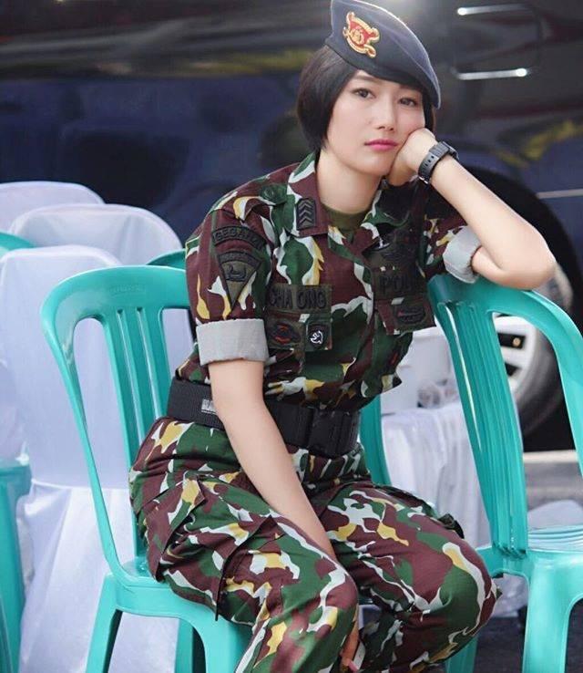 Trisha Valensia Ong Memiliki postur tubuh bak seorang model, Trisha merupakan satu satunya anggota TNI wanita yang ditugaskan di Maskas Besar Korps Brimob Sulut, wow keren.