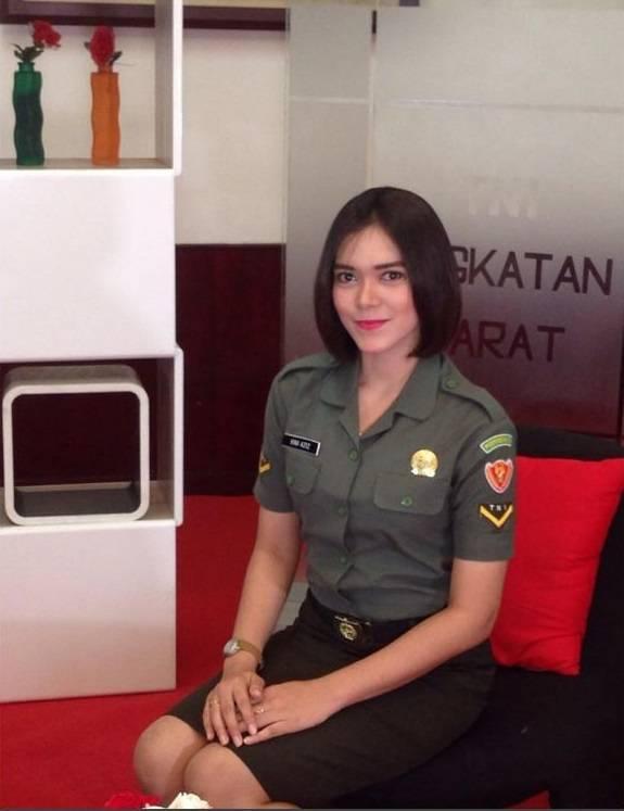 Vina Alvionita Azis Karena kecantikannya yang membahana ini penggemar Vina di media sosial oni sangat banyak.Perempuan yang bertugas di Jakarta ini juga merupakan presenter Buletin TNI AD.