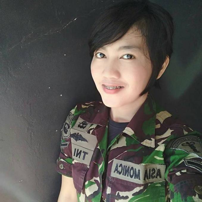 Asia Monica Untuk bisa masuk ke dalam kesatuan TNI-AL seseorang diwajibkan untuk pandai berenang. Hal otu dikarenakan profesinya yang berurusan dengan wilayah perairan Indonesia. Nah salah satu tentara wanita Indonesia yang jago berenang ya Asia Monica ini guys.