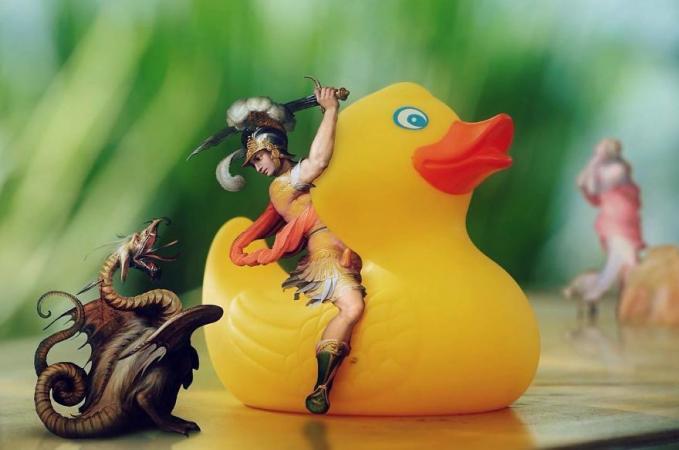 Naik kuda udah nggak jaman lagi gengs, sekarang ganti naik bebek mainan raksasa. Unik juga ya sosok di lukisan jadul kalau diilustrasikan hidup di masa kini. Mana paling unik menurut kalian Pulsker?